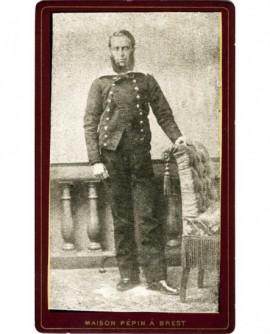 Marin posant debout (militaire)