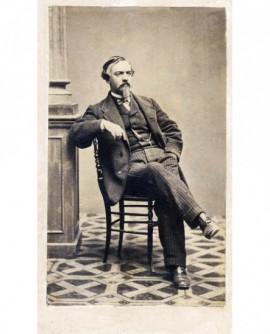 Homme à impériale assi sur une chaise,