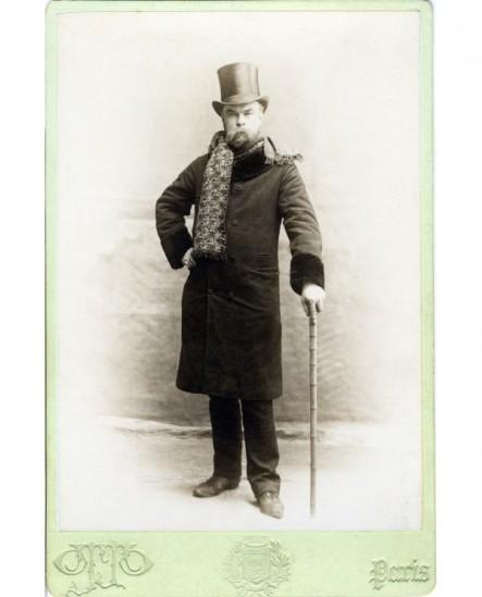 Verlaine debout en chapeau haut de forme, sa canne à la main