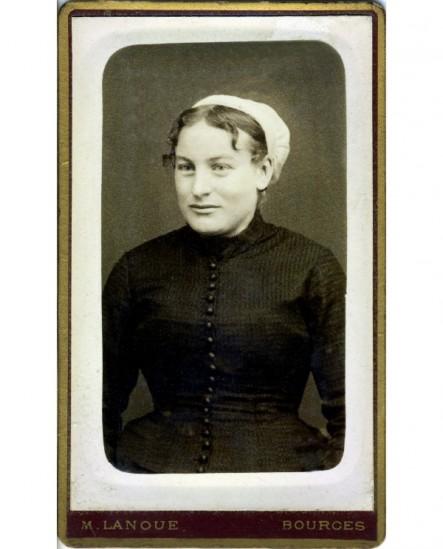 Portrait d'une femme souriante en coiffe (nourrice?)