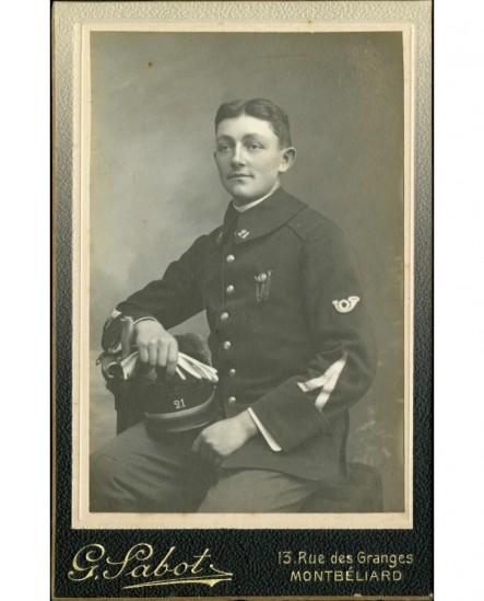 Militaire (caporal) du 21è chasseur assis, gants et képi en mains
