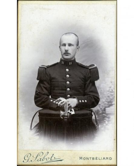 Militaire du 21è en grand U , gants en mains et baionnette posée devant lui