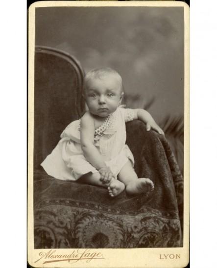 Bébé assis sur un fauteuil