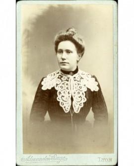 Portrait de femme au col de dentelle
