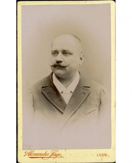 Homme chauve à moustache en pointe