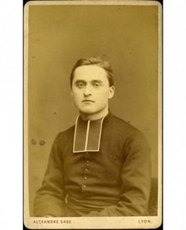 Jeune ecclésiastique en rabat assis