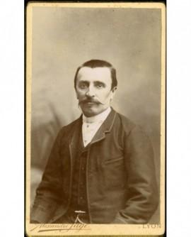 Homme à mouche et moustache