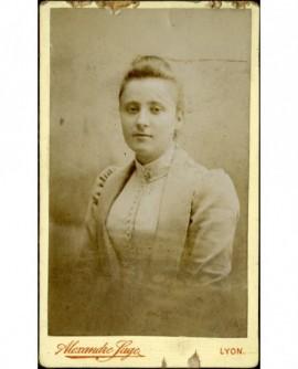 Portrait de jeune fille en veste et corsage