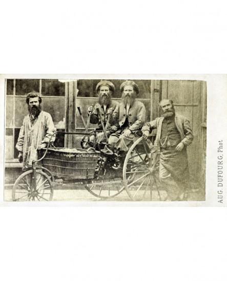 4 hommes barbus présentant une voiturette à 3 roues (sorte de draisienne à leviers)