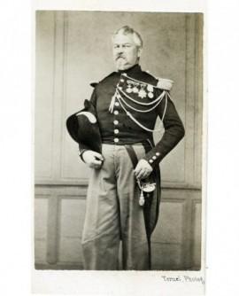 Homme en uniforme avec décorations, bicorne sous le bras