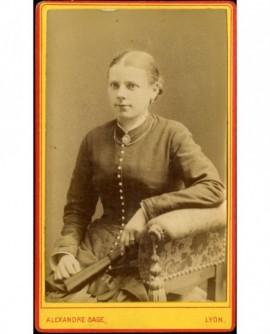 Jeune femme assise, son éventail à la main