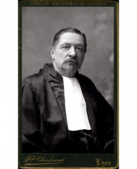 Homme barbichu en toge avec jabot (juge ou avocat?)