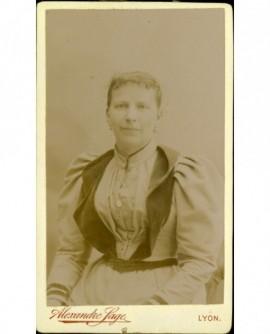 Portrait de femme en robe à col de velours