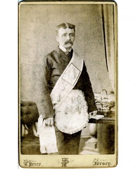 Homme moustachu debout avec sautoir et tablier maconniques