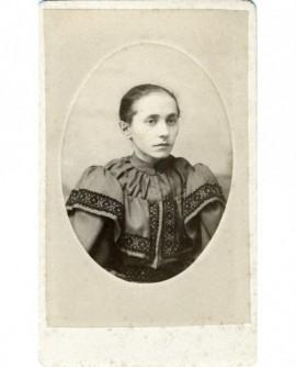 Portrait d'une femme en robe à passementerie