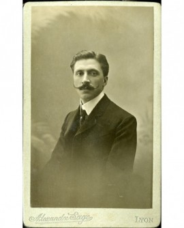 Homme à moustache retroussée