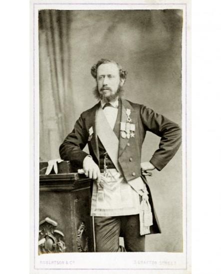 Homme à favoris avec sautoir, tablier et décorations maçonniques
