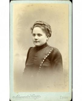 Portrait de jeune fille à robe boutonnée sur le côté gauche