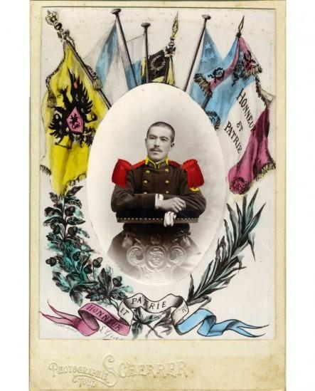 Portrait d'un militaire du 185è assis, entouré des drapeaux de l'Alliance franco-russe
