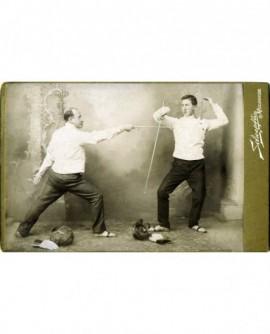Deux hommes faisant de l'escrime (au fleuret)