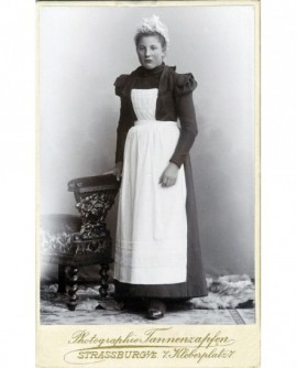 Femme employée de maison en coiffe et tablier blancs