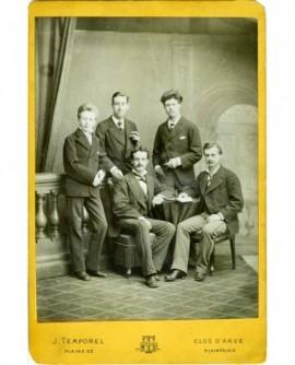 Cinq jeunes hommes (étudiants genevois?) , deux assis et trois debout