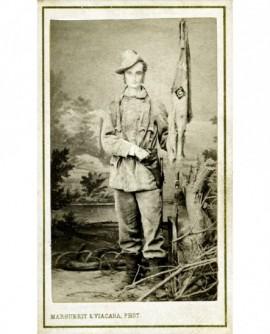 Militaire posant debout avec un drapeau et un étui à rèvolver