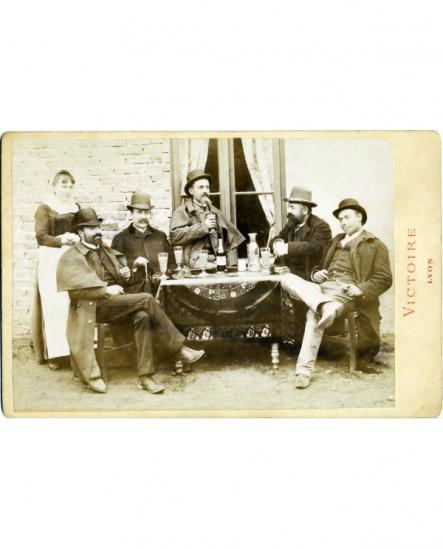 5 hommes buvant de l'anisette à coté d'une serveuse