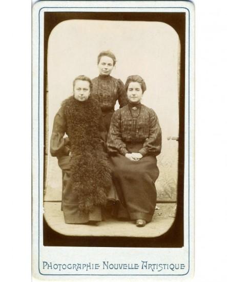 Trois femmes (soeurs?), deux assises, la plus jeune debout derrière