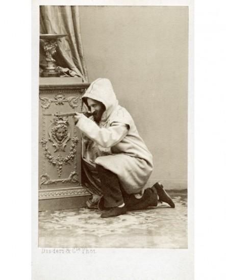 Autoportrait du photographe Disderi (en djelllaba) tirant à la carabine