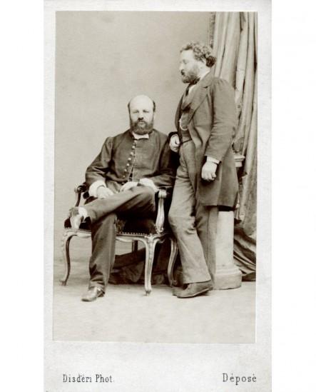 Autoportrait du photographe Disderi assis avec un ami