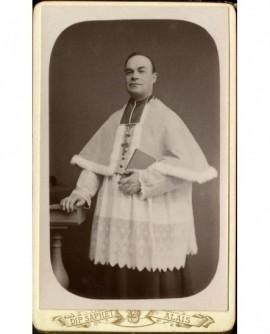 Ecclésiastique en camail et surplis, bréviaire à la main