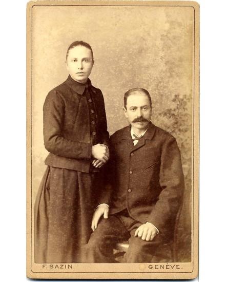 couple: femme debout, homme assis
