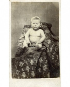 bébé nu assis (garçon)