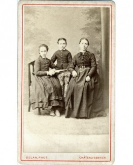 Femme posant avec deux enfants