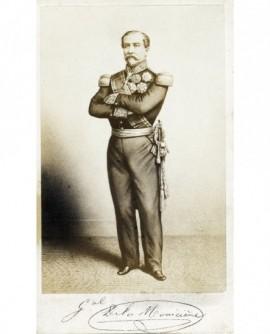 Militaire posant debout. général de la Moniciere
