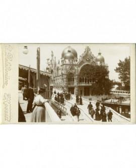 Pavillon de l\'Italie à l\'Exposition Universelle de Paris avec du public