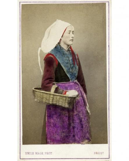 Femme de Plougastel en costume traditionnel, un panier sous le bras