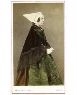Femme de Brest de profil en costume traditionnel, avec grand châle
