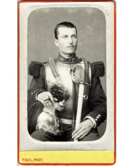 Militaire du 10è cuirassier assis, casque et sabre à la main