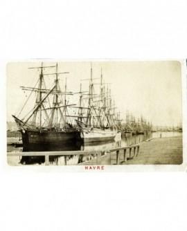Vue des voiliers à quai dans le bassin Vauban au Havre.