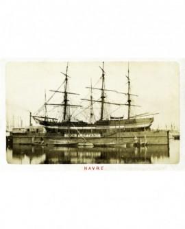 vue d'un voilier trois mats en cale sèche sur un dock flottant dans le port du Havre