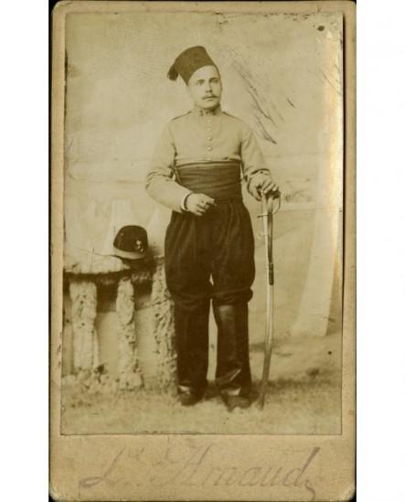 Militaire (chasseur d'Afrique- cavalerie) en chéchia, avec son sabre