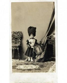 Prince impérial enfant, en uniforme de grenadier battant le tambour