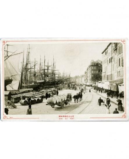 Quai de Marseille (camions à cheval avec tonneaux, bateaux à quai)