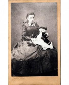 Jeune femme assise, tenant sur ses genoux bébé endormi