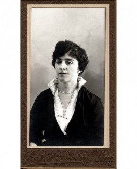 Portrait d'une jeune femme brune en robe et corsage