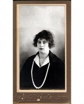 Portrait de jeune femme avec collier de perles