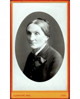 Portrait d'une femme au petit chignon