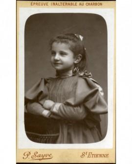 Portrait d'une petite fille en robe à cape